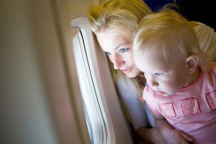 Pogled otroka skozi okno letala