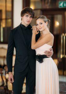 Svetla ženska maturantska obleka